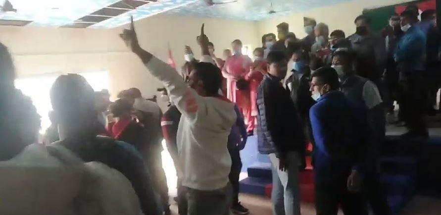 केपी ओली निकट कार्यकर्ताले पूर्वअर्थमन्त्री पाण्डेलाई चितवनमा लखेटे
