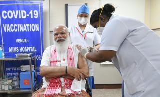 भारतीय प्रधानमन्त्री नरेन्द्र मोदीले बल्ल लगाए कोरोना विरुद्धको खोप